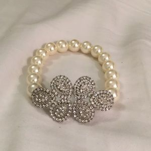 Beautiful stretchy pearl like bracelet